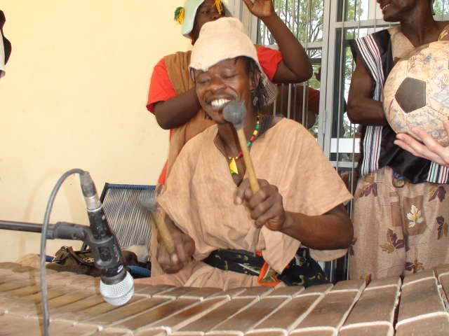 A singer with Ensemble Instrumental