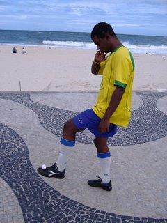 Fabinhno makes keepie-uppie look insanely easy on Copacabana beach